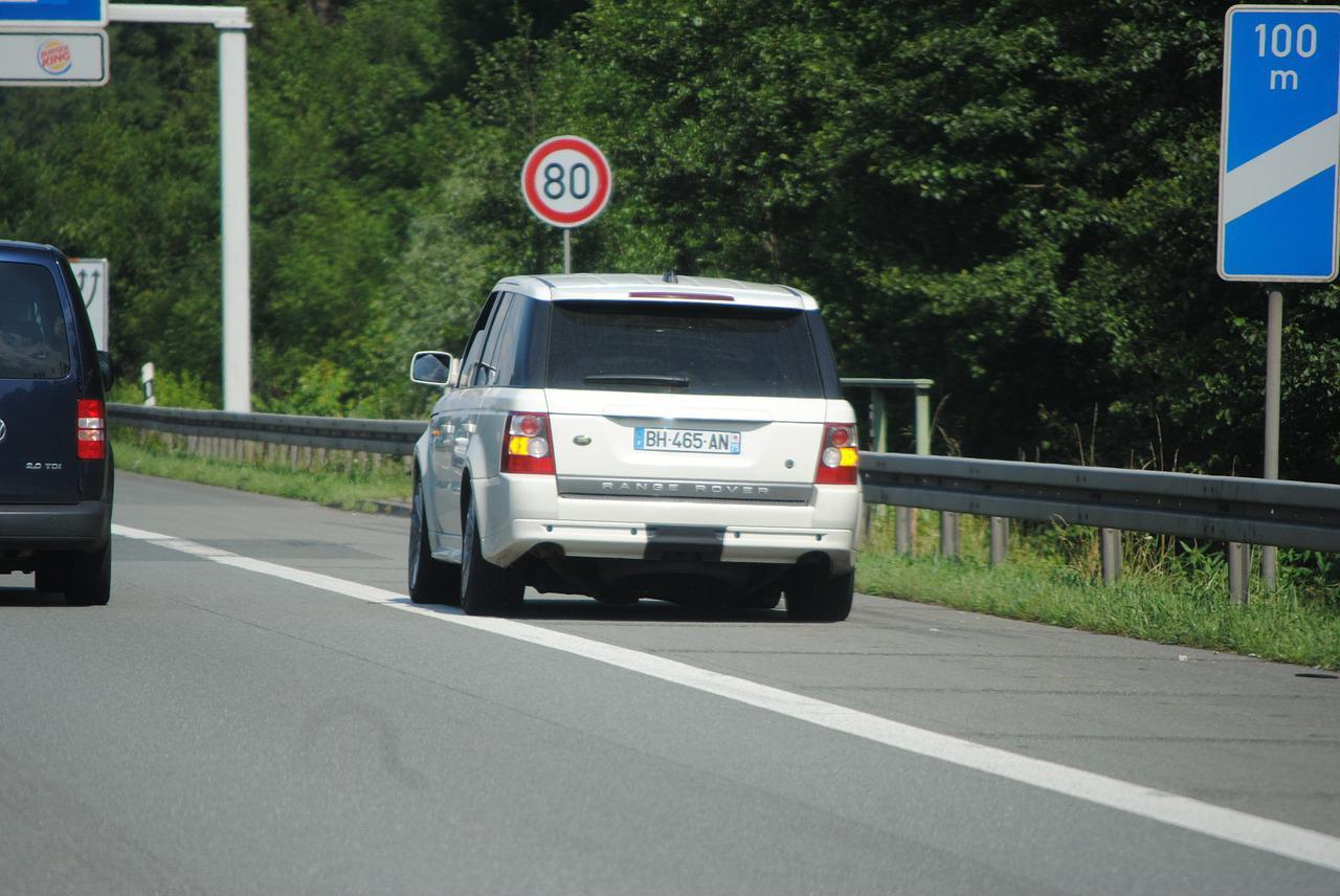 droga za granicą z autem na poboczu