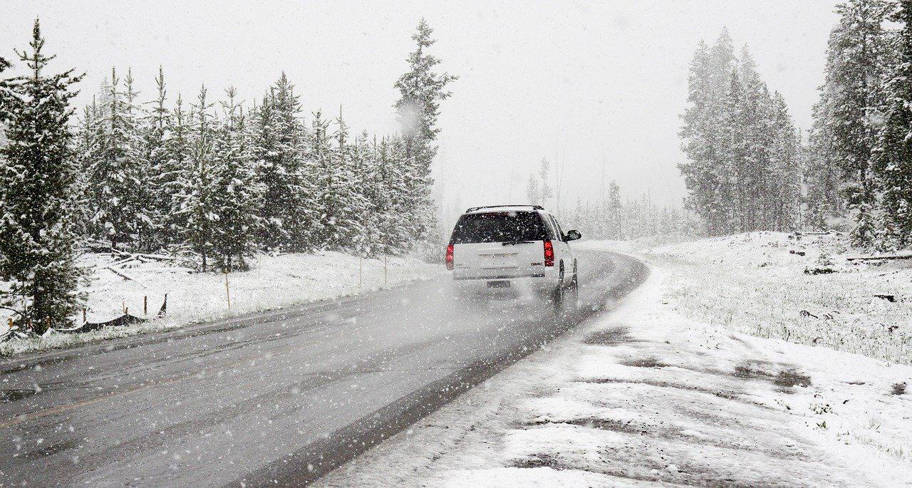 auto na drodze zimą