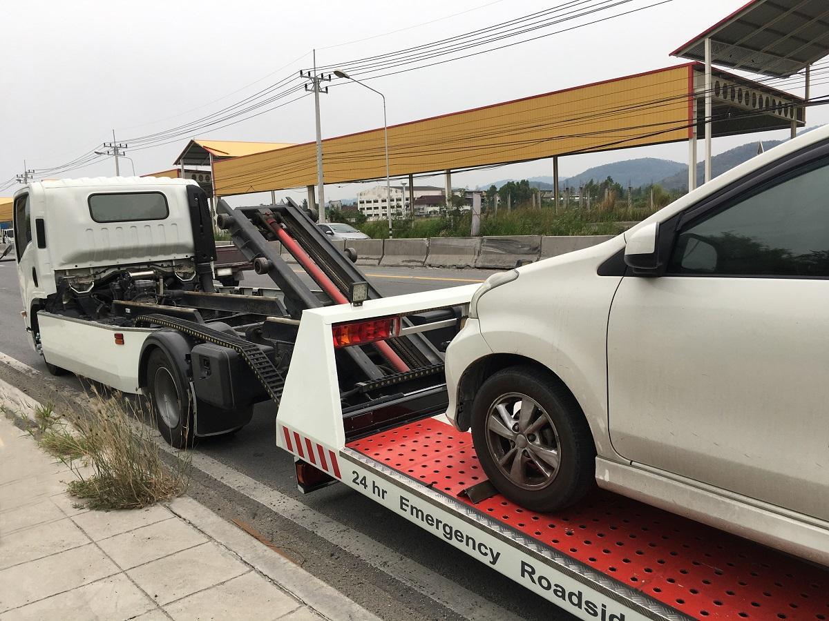 auto na platformie hydraulicznej