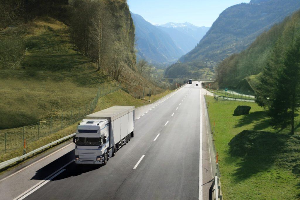 auto ciężarowe z naczepą na drodze