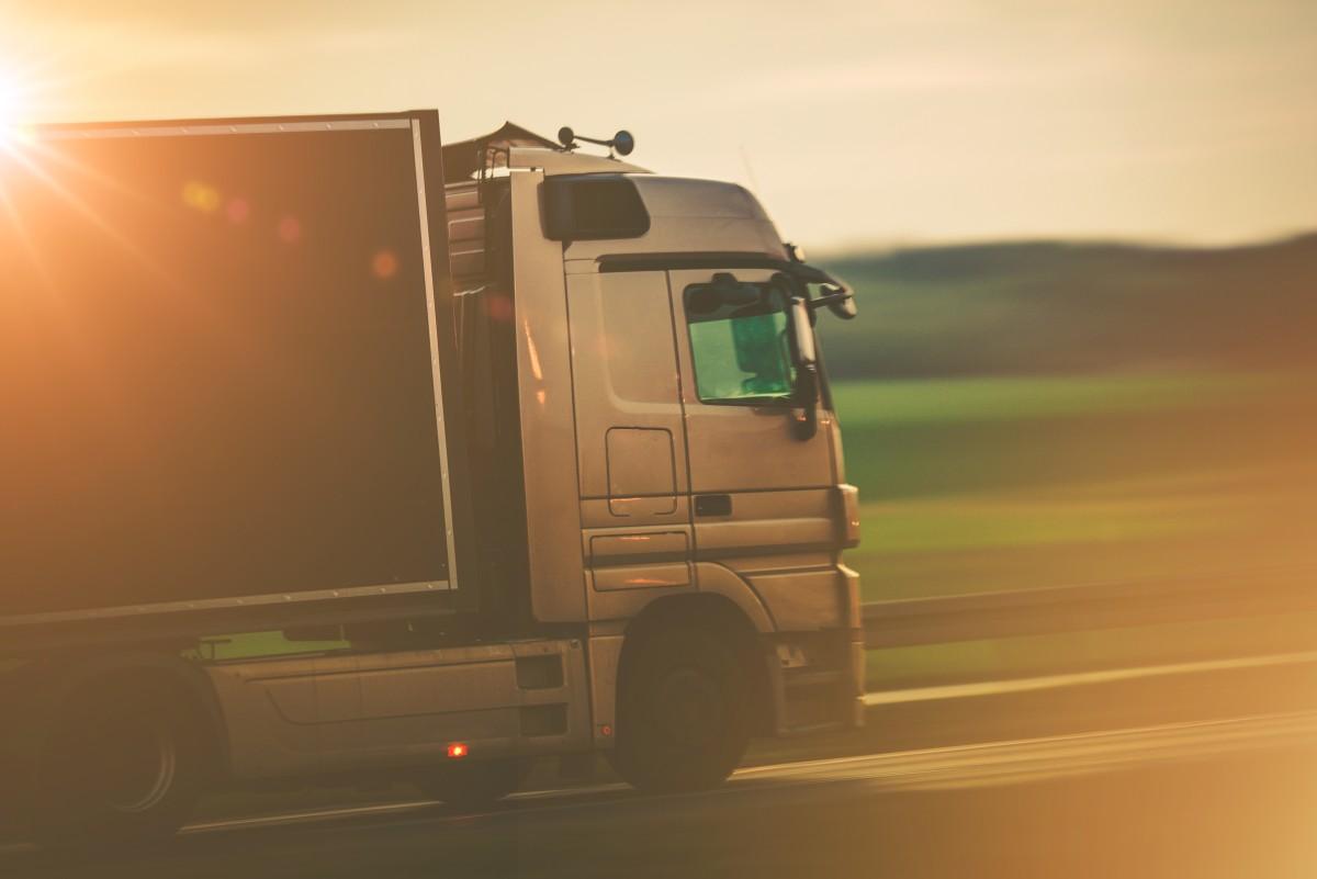 auto ciężarowe z naczepą