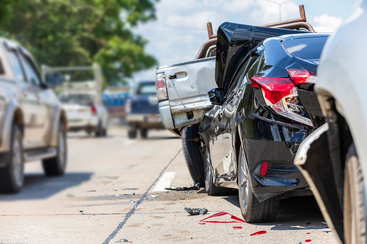 auto z uszkodzonym po wypadku tyłem